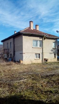 продава-къща-гр-правец-широк-център-10695